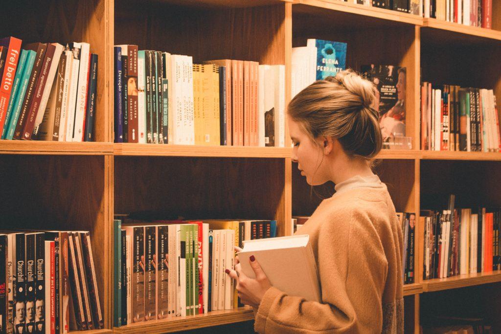 本屋で悩む女性