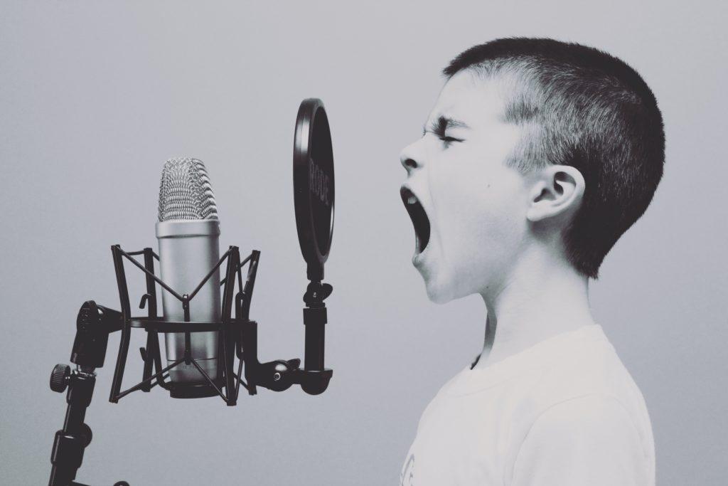 大声で叫ぶ少年